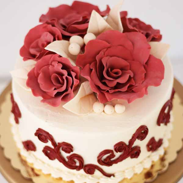gumpaste roses and buttercream swirls round cake
